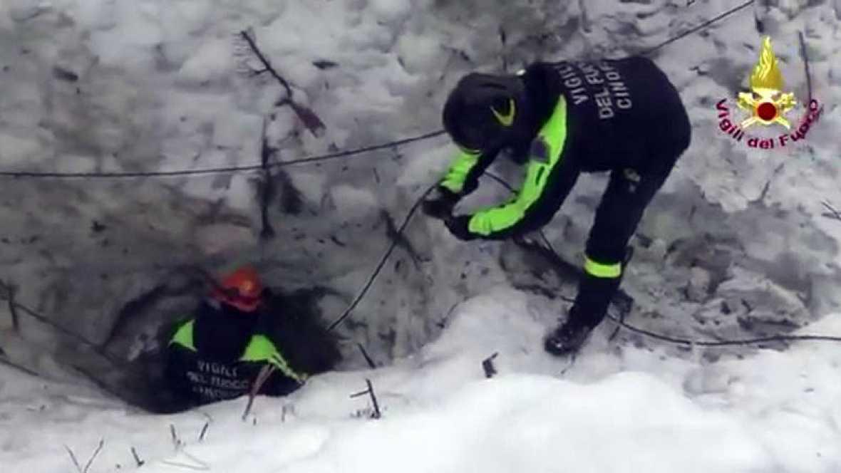 Excavan toda la noche en hotel italiano sepultado sin hallar más supervivientes