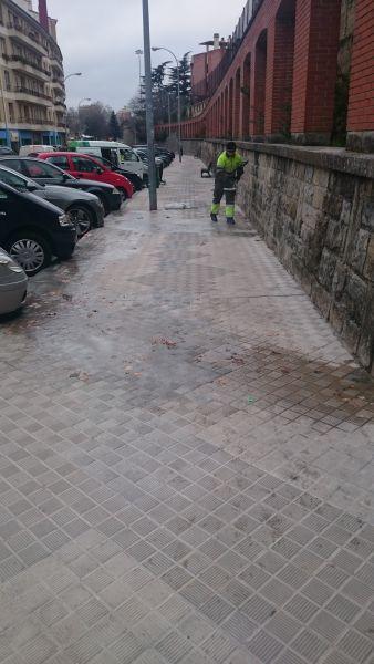 Cerrado un tramo de la avda. Juan Pablo II en Pamplona por la presencia de una gran placa de hielo
