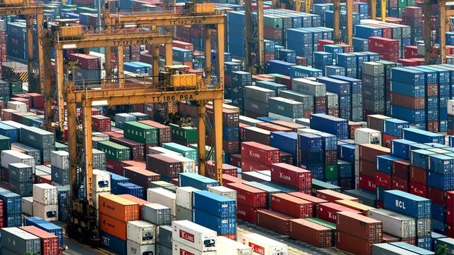 El déficit comercial crece un 56,3 % hasta julio y sube a 13.187 millones