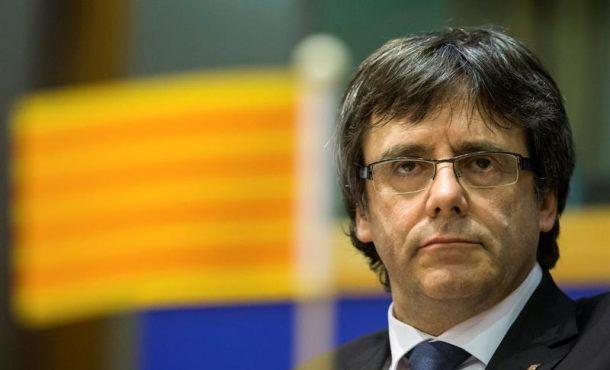 Puigdemont loa a los consejeros salientes y los nuevos eluden prometer la Constitución