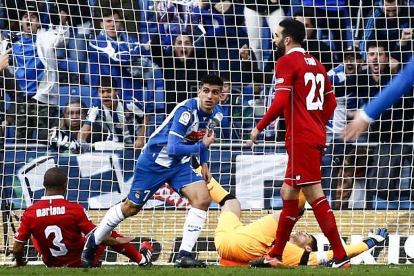 3-1. El Sevilla cae en Cornellà lastrado por un penalti y expulsión en el minuto uno