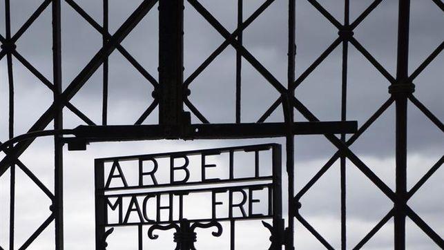 Vuelve al campo nazi de Dachau el portalón robado con lema