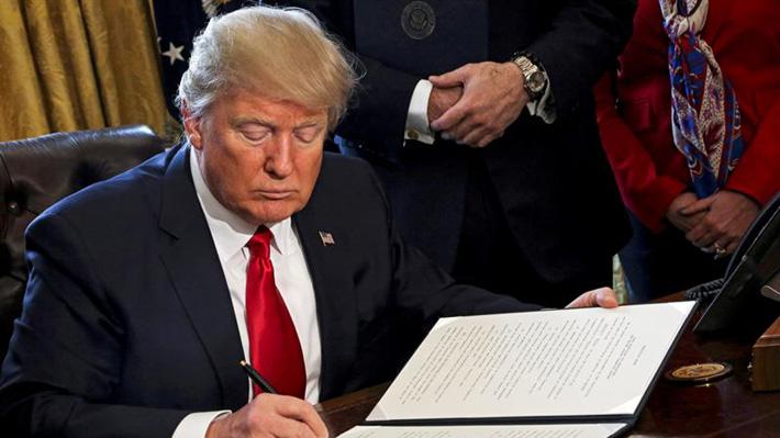 """Trump ordena buscar a los """"tramposos"""" en comercio para reavivar las manufacturas"""