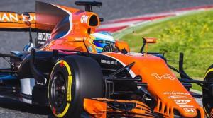 Fernando Alonso rueda con su MCL32.