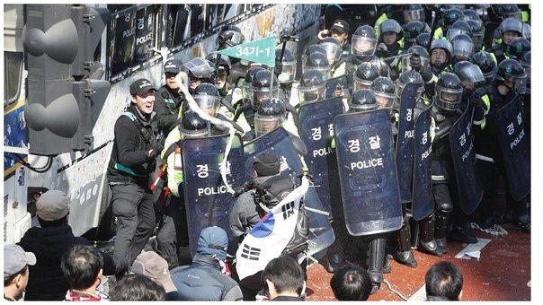 Al menos dos muertos en Corea del Sur tras la destitución de la primera presidenta del país