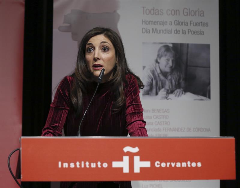 Poetas leen a Gloria Fuertes y piden