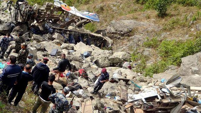 Al menos 26 muertos y 36 heridos al caer un autobús por precipicio en Nepal