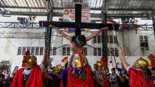Miles de personas en los sangrientos ritos del Jueves Santo en Filipinas