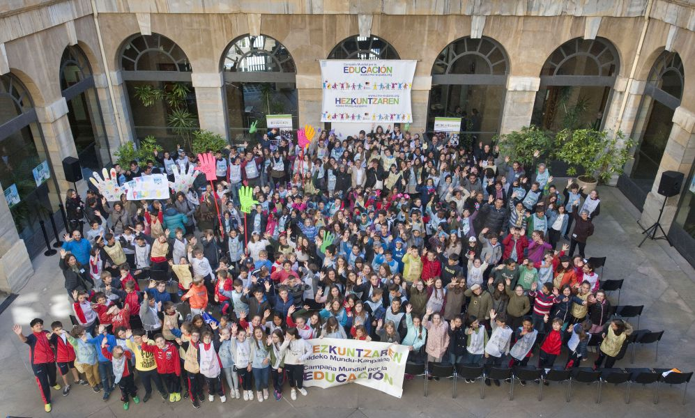 Más de 200 escolares y diversas ONGD reivindican en el Palacio de Navarra el derecho a la educación en todo el planeta