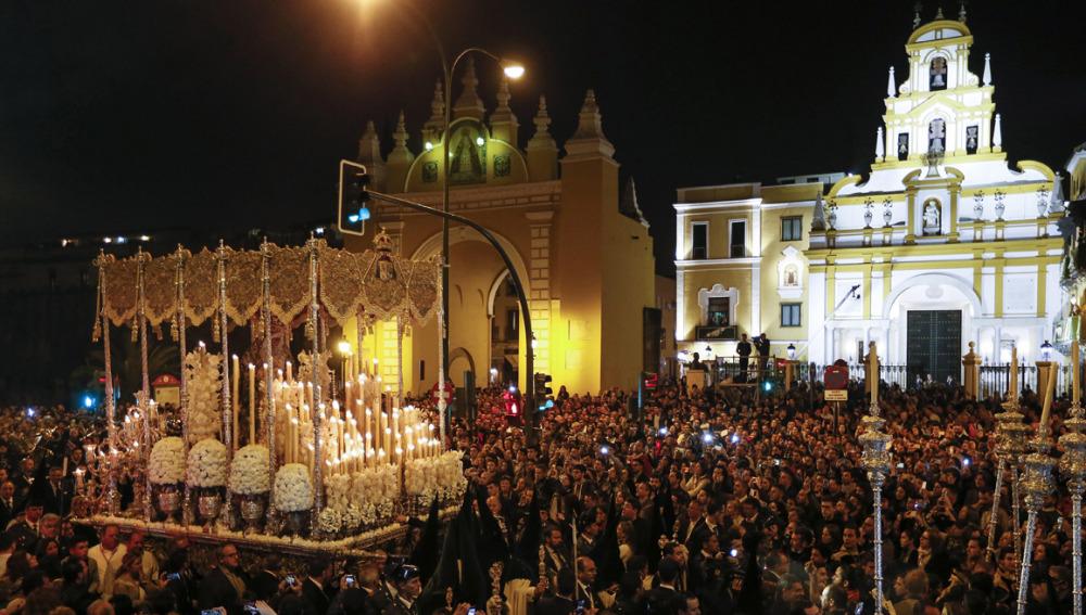La Madrugá de Sevilla se sobrepone a los desórdenes por carreras simultáneas