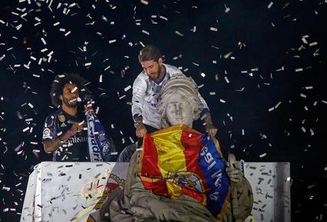 El Real Madrid celebra la Liga ante miles de aficionados en Cibeles