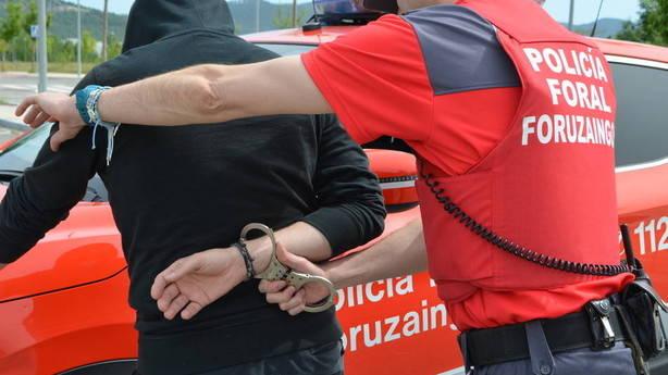 Cuatro hombres y una mujer, detenidos por agredir a sus parejas en Navarra