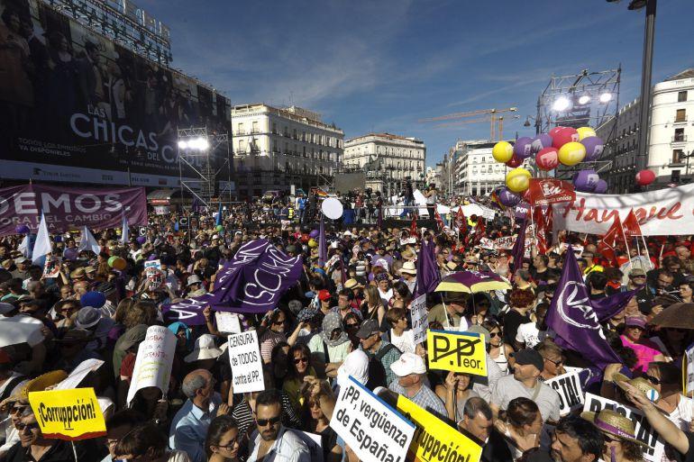 Miles de personas secundan en Sol la moción de censura de Podemos