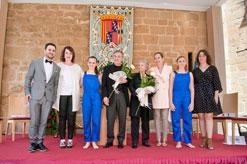 Los premiados posan con las autoridades y las bailarinas de la Escuela de Danza