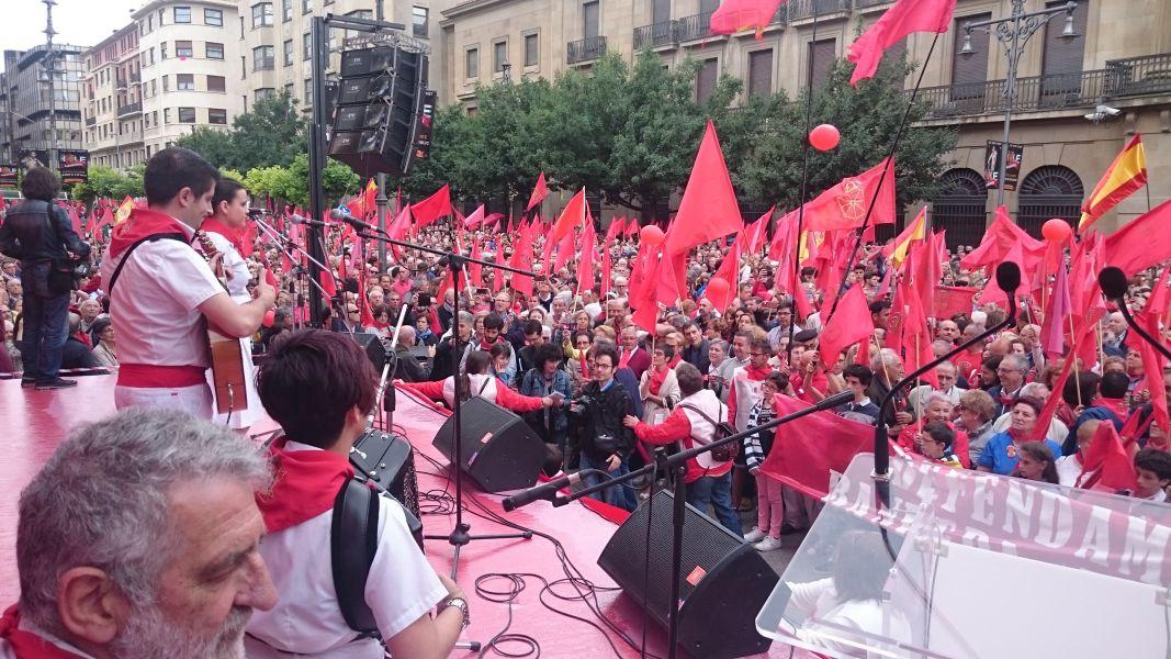 Más de 25.000 navarros se manifiestan en Pamplona en defensa de la bandera de Navarra