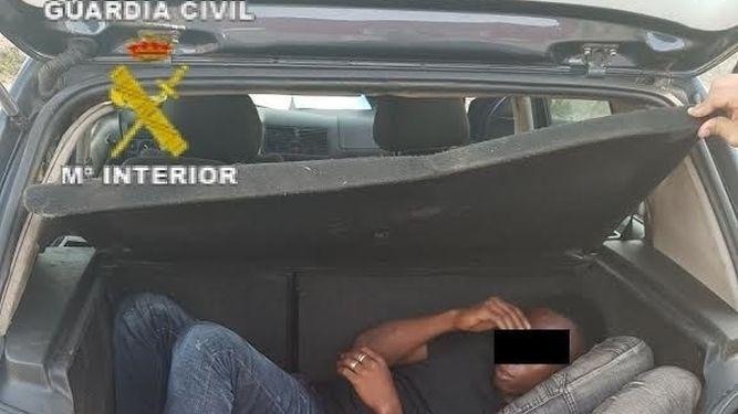Un conductor kamikaze entra con 5 inmigrantes en Melilla y 2 agentes son heridos