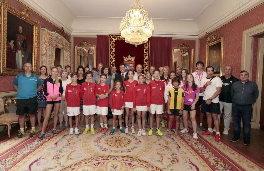 El Ayuntamiento de Pamplona recibe a una representación del campeonato español de tenis alevín
