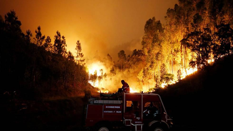 Suben a 64 los muertos por el incendio que sigue activo en Portugal