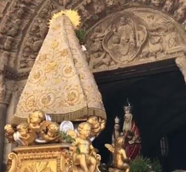 Santa Ana escucha las jotas antes de su entrada en la Catedral de Tudela.