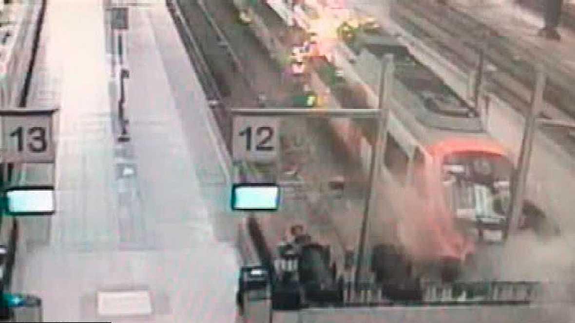Una cámara graba el violento choque del tren en la estación de Barcelona