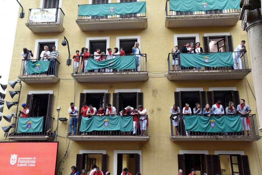 Niños de programas en los barrios de Pamplona ven el encierro desde la Casa Seminario