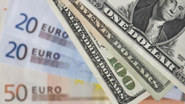 El euro baja a 1,2433 dólares