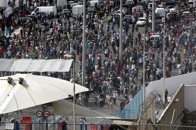 Cierran la frontera de Ceuta para mercancías y porteadores por la presión migratoria