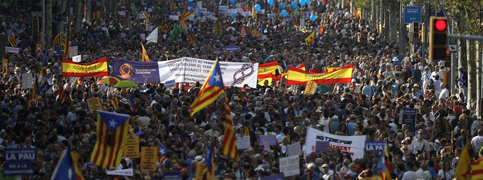 Miles de personas desbordan el centro de Barcelona en contra del terrorismo
