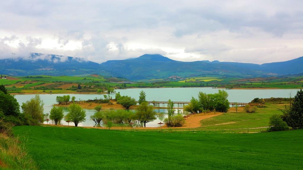 Los bomberos rescatan a un hombre del Canal de Alloz en Cirauqui (Navarra)