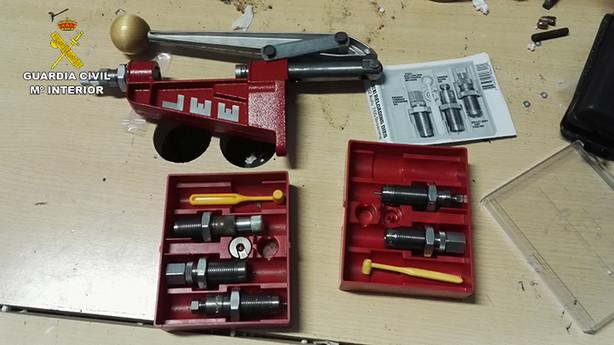 El detenido fabricaba mecheros-pistola del calibre 6,35 mm en un garaje clandestino