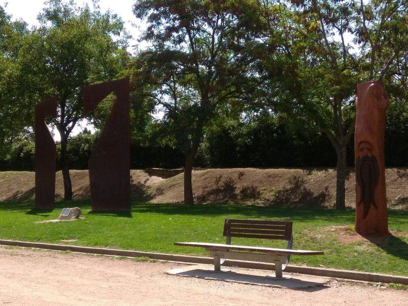 Vecinos de Paz de Berriozar denuncia el agravio del Ayuntamiento al monumento de las víctimas, ahora con el 'Basajaun'