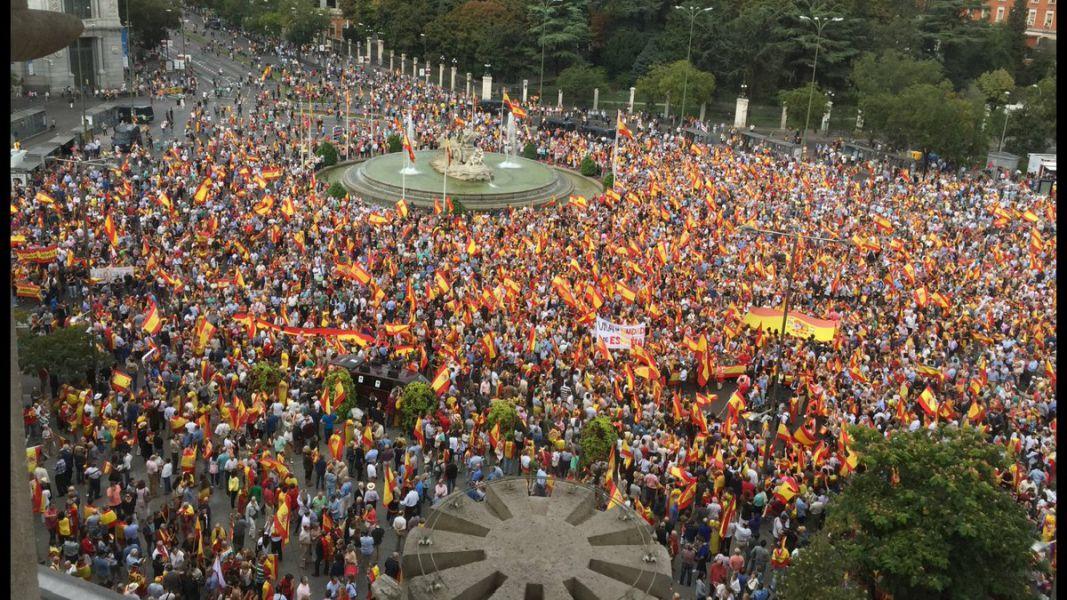Miles de personas se concentran en toda España en contra del referéndum del 1-O y a favor de España