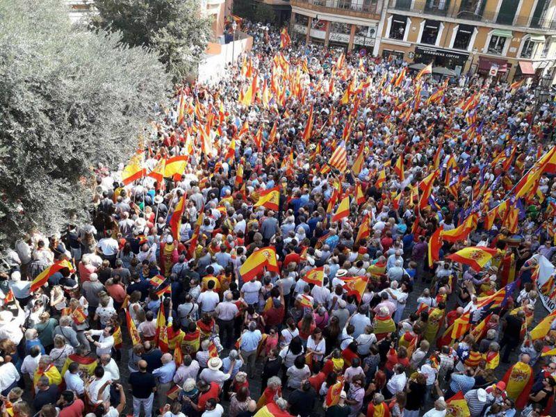 Más de un millar de personas se concentran en Palma   contra el referéndum del 1-O y por la unidad de España