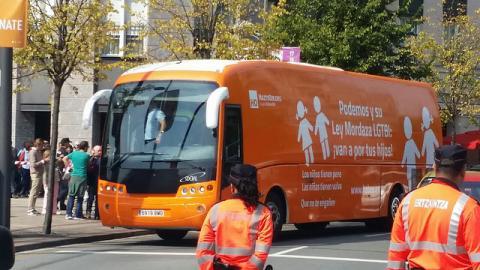 Radicales violentos increpan al #HOBus 'Podemos y su Ley Mordaza LGTBI: ¡van a por tus hijos!' en Bilbao