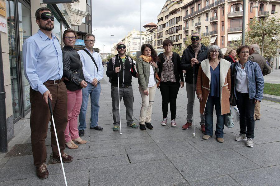 Representantes municipales participan en una actividad para sentir la discapacidad