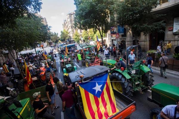 1-O: Un vídeo muestra como unos 400 tractores colapsan la circulación para concentrarse en Barcelona
