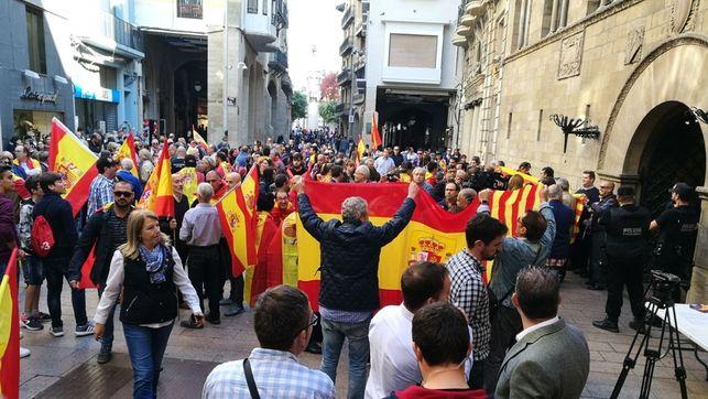 Centenares de personas han participado este sábado en la manifestación convocada por Sociedad Civil Catalana (SCC) en Lérida por la unidad de España y en contra de la declaración de la República catalana del Parlament