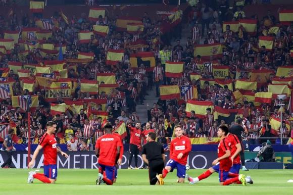 La grada, llena de banderas españolas para recibir al Atlético y al Barcelona