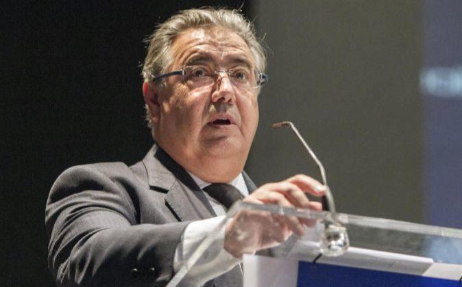 Zoido culpa a Puigdemont de alentar el acoso a policías y guardias civiles