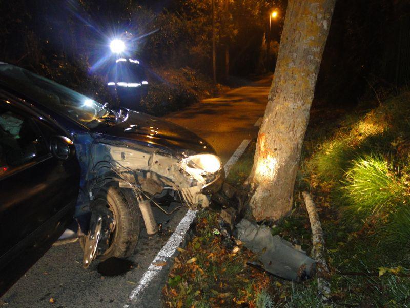 Herido el copiloto de un vehículo al chocar éste contra un árbol en Pamplona