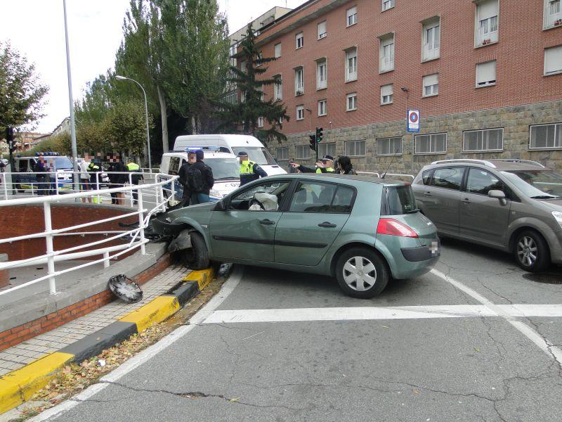 Dos heridos al chocar el vehículo con la barandilla en la Plaza de los fueros