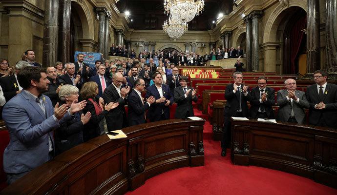 El Parlamento catalán declara en votación secreta la independencia de Cataluña