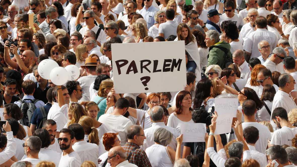 Algo más de 100 personas se suman en Pamplona a favor del diálogo en Cataluña