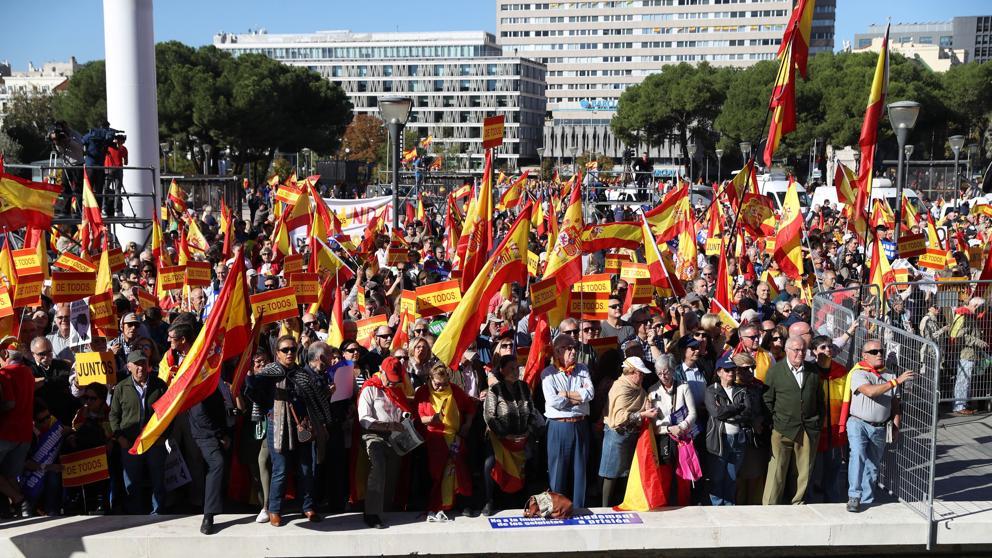 Miles de personas llenan la plaza de Colón para defender la unidad de España
