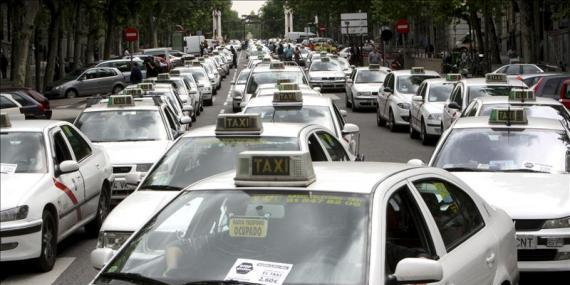 El taxi anuncia una huelga indefinida y las protestas se extienden a más ciudades