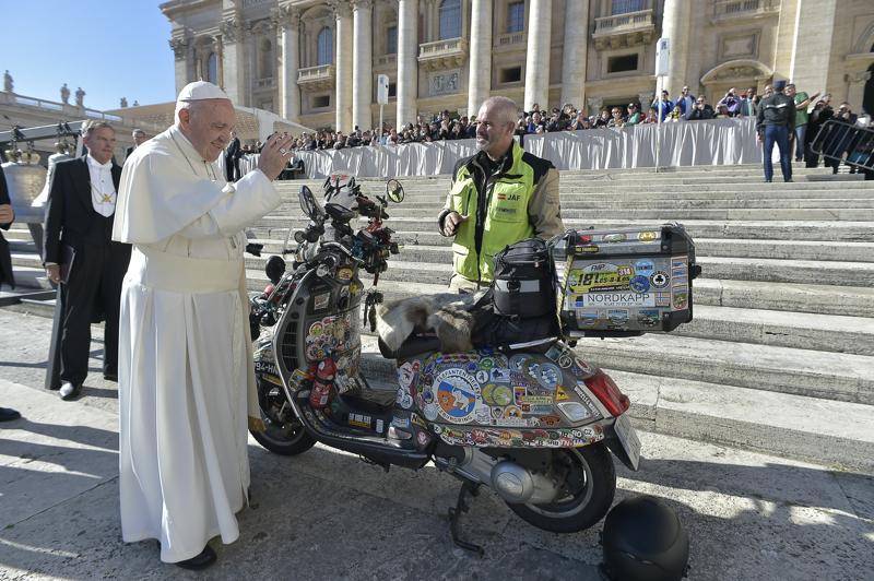 El Papa Francisco bendice la Vespa con la que José Antonio Fernández recorrerá el trayecto Pamplona-Dakar-Pamplona