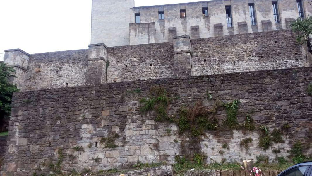 El Ayuntamiento de Pamplona intervendrá en el mantenimiento del muro bajo del Archivo general de Navarra para consolidar su estructura