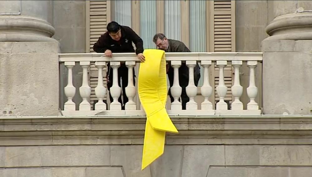 El Ayuntamiento de Barcelona cuelga un lazo amarillo para reclamar la libertad de los políticos presos