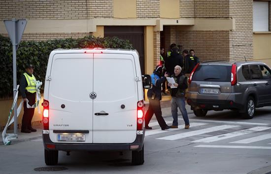 La policía científica llega a la vivienda de la localidad navarra de Cintruénigo donde una mujer de 40 años y su sobrino de 6 han fallecido en la explosión de una caldera y dos menores de edad, de 8 y 12 años, han resultado heridos de gravedad y han sido trasladados al Complejo Hospitalario de Navarra. EFE/Villar López