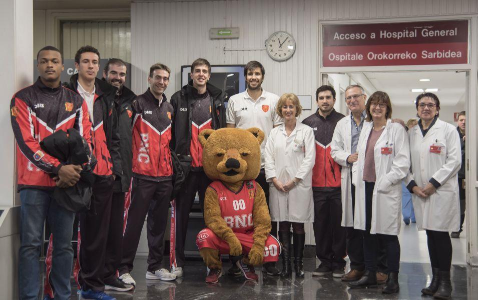Jugadores de Basket Navarra visitan a los niños y niñas ingresados en el CHN